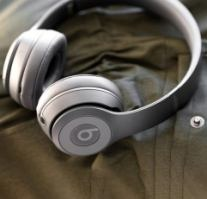 Beats Solo3 on-ear headphones on a olive fabric